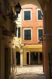 Altes Haus von einer kleinen Straßenansicht Stockfotografie