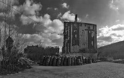Altes Haus vor Demolierung mit pneumatischem Abfall Schwarzem und whi Stockfoto