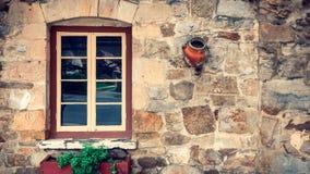 Altes Hausfenster mit Blumentöpfen in Hahndorf Lizenzfreie Stockfotos