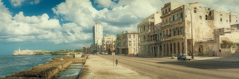 Altes Havana mit alten Gebäuden und EL Morro ziehen sich zurück Stockbild