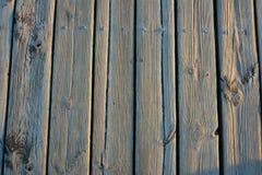 Altes helles hölzernes Brett mit der wohlen sichtbaren Struktur des Holzes umfasst mit Frost Stockfoto