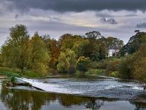 Altes Herrenhaus, das einen Fluss in Irland übersieht Stockfoto