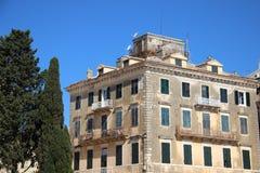 Altes historisches Gebäude mit Kiefer lizenzfreies stockbild