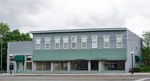Altes, historisches Geschäfts-Gebäude mit grüner gestreifter Markise Lizenzfreies Stockfoto