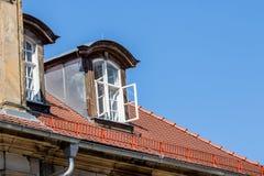 Altes historisches Mansardenfenster Lizenzfreies Stockfoto