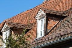 Altes historisches Mansardenfenster lizenzfreie stockbilder