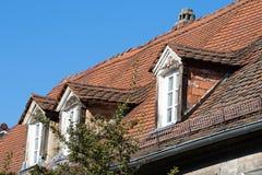 Altes historisches Mansardenfenster lizenzfreies stockbild