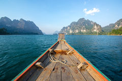 Altes hölzernes Boot, das zur Insel in Thailand vorangeht Stockfotografie