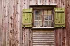 Altes hölzernes Fenster mit Blendenverschlüssen Stockbild
