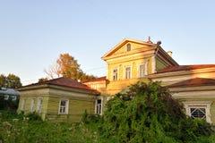 Altes hölzernes Gebäude im zentralen Teil von Vologda Stockfoto