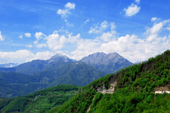Altes Hochgebirge bedeckt mit Wäldern Stockfotos
