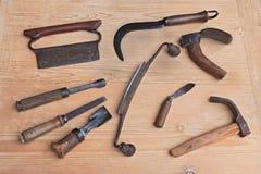Altes Holz, das Werkzeuge schnitzt stockfoto