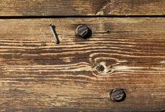 Altes Holz mit Nagel und Schrauben Stockbilder