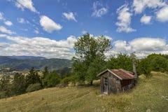 Altes Holzhaus in einem Berg Lizenzfreie Stockfotos