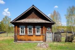 Altes Holzhaus in einem Dorf Lizenzfreie Stockfotografie
