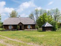 Altes Holzhaus mit einem Brunnen lizenzfreies stockfoto