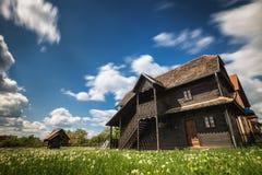 Altes Holzhaus unter blauem Himmel stockfoto