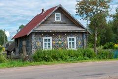 Altes Holzhaus verziert mit einem Muster von alten Plastikdeckeln Lizenzfreie Stockfotografie
