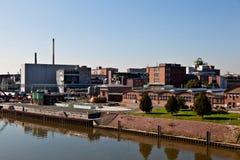 Altes Industriegebäude in einem Fluss Lizenzfreies Stockbild