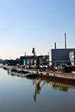 Altes Industriegebäude in einem Fluss Lizenzfreies Stockfoto