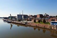 Altes Industriegebäude in einem Fluss Lizenzfreie Stockfotografie