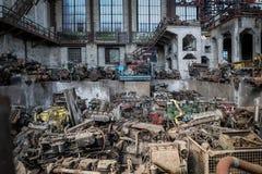 Altes Industriegebäude mit Lkw-Motoren stockbilder