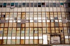 Altes Industriegebäude mit zerbrochenen Fensterscheiben Stockfoto