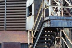 Altes industrielles der Entlüftungen, festen und gewölbten Abstellgleis der Treppe, mit Rost und Schalenfarbe lizenzfreies stockbild