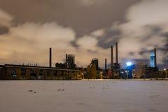 Altes industrielles Fabriknachtpanorama, Dolni Vitkovice, Czechia lizenzfreies stockbild