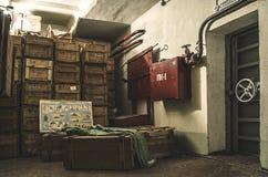 Altes, industrielles Filterbelüftungssystem, im Keller eines verlassenen Luftschutzbunkers Lizenzfreie Stockfotografie