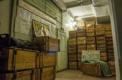 Altes, industrielles Filterbelüftungssystem, im Keller eines verlassenen Luftschutzbunkers Lizenzfreies Stockbild