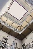 Altes inneres Gericht mit Balkon Stockbild