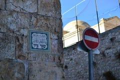 Altes Jerusalem-Straßenschild Zions-Torstraße israel lizenzfreie stockfotos