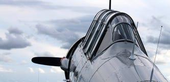 Altes Kämpferamerikanerflugzeug-Cockpit colse herauf skybound Stockfotos
