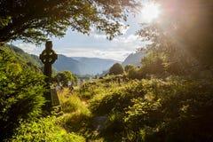 Altes keltisches Kreuz in Glendalough, Wicklow-Berg, Irland Lizenzfreies Stockfoto
