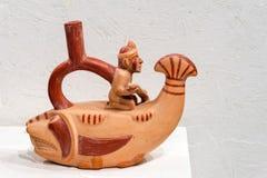 Altes keramisches Schiff, das ein Gottrudersport auf einem Floss in Form eines Fisches, Moche-Kultur darstellt stockbilder