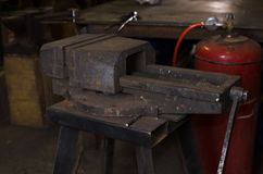 Altes Kieferlaster in der Werkstatt handcraft Instrument Stockfotografie