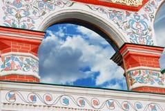 Altes Kirchenfenster mit Reflexion des blauen Himmels und der Wolken Lizenzfreie Stockbilder