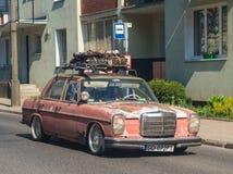 Altes Klassiker sehr rostiges Mercedes-Fahren lizenzfreie stockfotografie