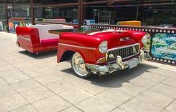 Altes klassisches Fahrzeug mit wie eine Tabelle vor einem Café Stockfotos
