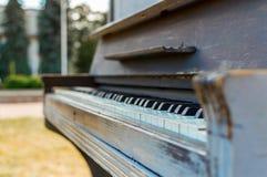 Altes Klavier gemalt in der blauen Farbe auf der Straße lizenzfreie stockfotos