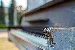 Altes Klavier gemalt in der blauen Farbe auf der Straße stockbild