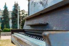 Altes Klavier gemalt in der blauen Farbe auf der Straße stockfoto