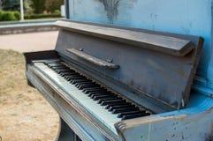Altes Klavier gemalt in der blauen Farbe auf der Straße lizenzfreie stockfotografie
