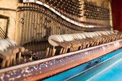 Altes Klavier gemalt in der blauen Farbe auf der Straße stockfotografie