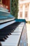Altes Klavier gemalt in der blauen Farbe auf der Straße stockbilder