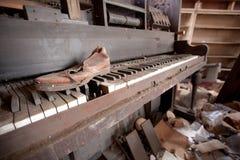 Altes Klavier und Schuh Stockfotografie