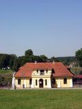 Altes kleines Haus, auf der Querneigung des Flusses Stockbild
