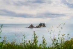 Altes Kloster auf dem Felsen in Petrovac-Bucht Stockbild