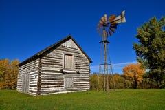 Altes Klotzgebäude mit einer Windmühle Lizenzfreies Stockbild